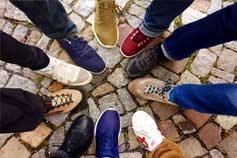 Schuhe von Menschen bilden einen Kreis